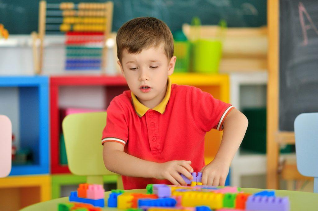 Como usar o objeto de interesse da criança para ensinar?